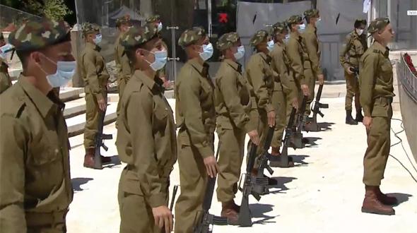 חיילים מצדיעים עם מסכות ביום הזיכרון