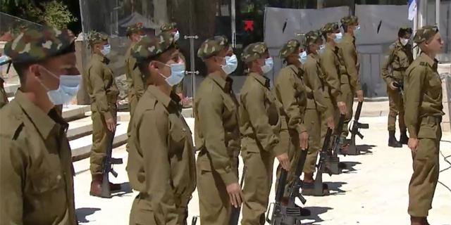 חיילים בטקס יום הזיכרון בשנה שעברה