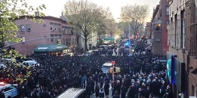 """משטרת ניו יורק פיזרה הלוויה המונית של חסידים, ראש העיר: """"סיימנו עם האזהרות"""""""