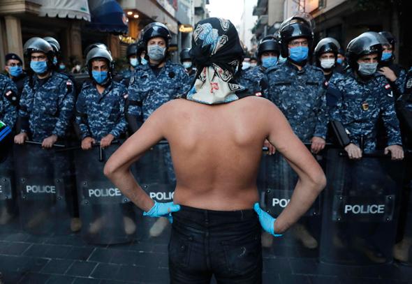 מפגין לבנוני מול כוחות השיטור, צילום: AP
