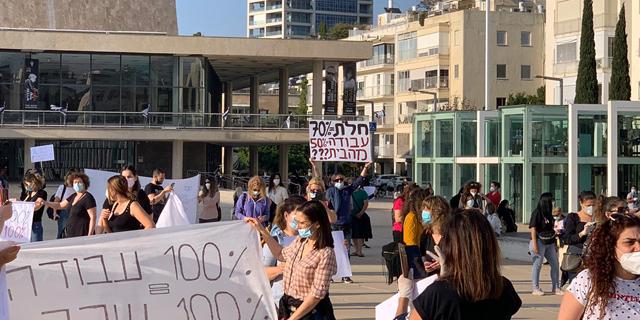 """מחאת האלונקות של המורים: """"דורשים מאיתנו לעבוד בחינם"""""""