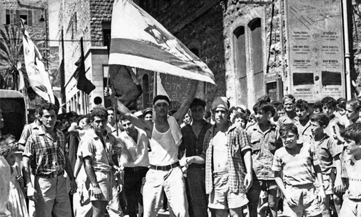 המפגינים עם דגל ישראל מגואל בדם עופות