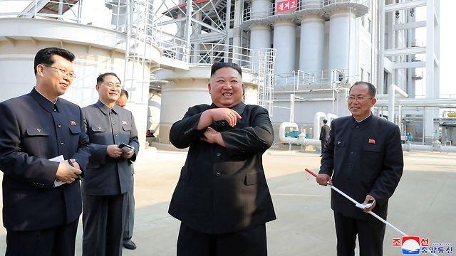 קים ג'ונג און בטקס חנוכת מפעל הדשנים, צילום: AFP