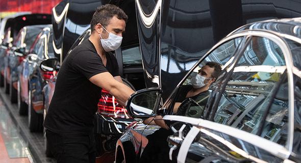 עובד במפעל של חברת הרכבים דיימלר בגרמניה , צילום: אם סי טי