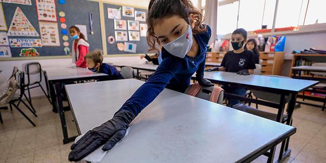 מנקים את הכיתות (ארכיון), צילום: AFP