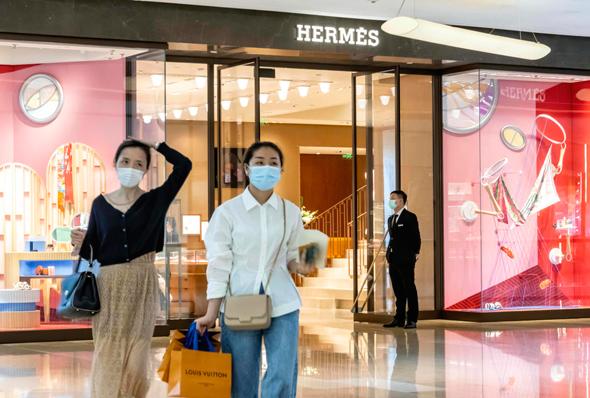 לקוחות של חנות הרמס שנפתחה מחדש בסין. הפדיון ביום המכירות הראשון הגיע ל־2.7 מיליון דולר