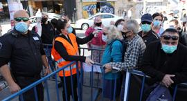 שוק מחנה יהודה עם פתיחתו מחדש קורונה 7.5.20, צילום: EPA
