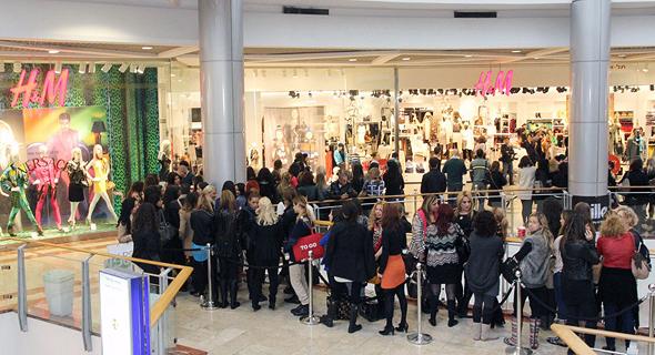 תור ארוך בפתיחת סניף H&M בעזריאלי בעידן הקורונה, צילום: יוני רייף