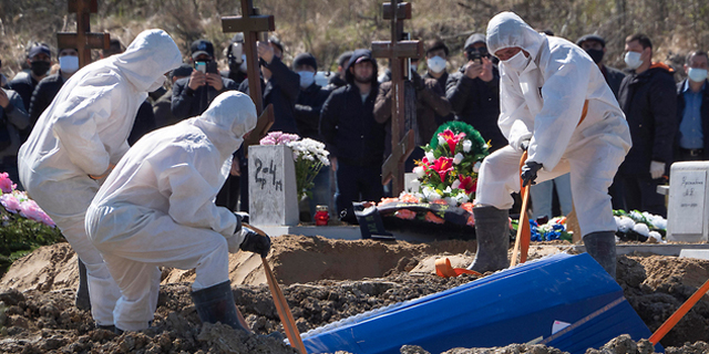 A funeral for a coronavirus patient in Russia. Photo: AFP