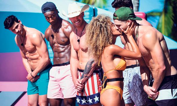 """מתוך """"אי האהבה"""". שמירה של ריחוק 4 מטר בין השחקנים, צילום: cbs.com"""