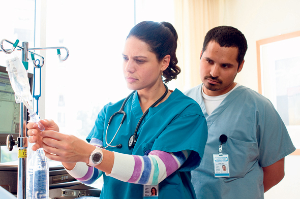 """חיטוי ומיגון הצוות. מתוך """"הרופא הטוב"""", צילום: באדיבות yes"""