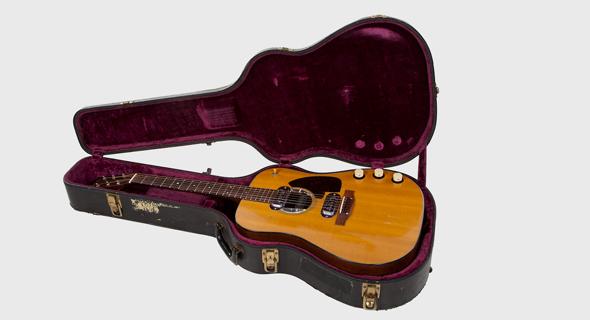 הגיטרה של קורט קוביין מהופעת האנפלאגד. חלק משינוי של תעשיית המוזיקה, גיטרה  1959 Martin D-18E קורט קוביין נירוונה אנפלאגד מכירה פומבית
