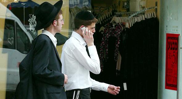 חרדי מדבר בטלפון בבני ברק