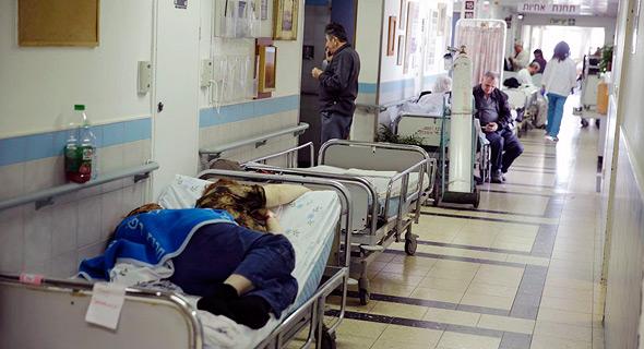 חולה שוכבת ב מסדרון בית חולים , צילום: גדי קבלו