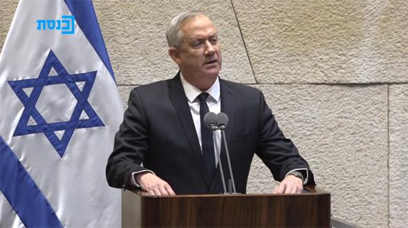 בני גנץ נואם במליאה, היום, צילום: ערוץ הכנסת