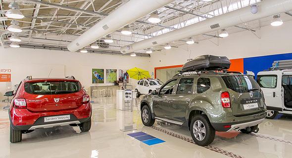 אולם תצוגה של רכב חדש. המשבר נותן לצרכנים כוח מול יבואני הרכב, צילום: SHAY VELICH