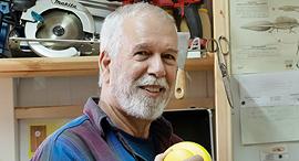 מוסף שבועי 21.5.20 דני אפיק בונה תיבות קינון לציפורי בר, צילום: אפי שריר