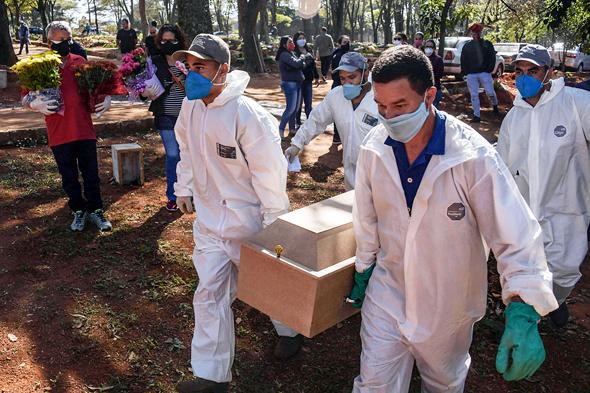לוויה של חולה קורונה בברזיל