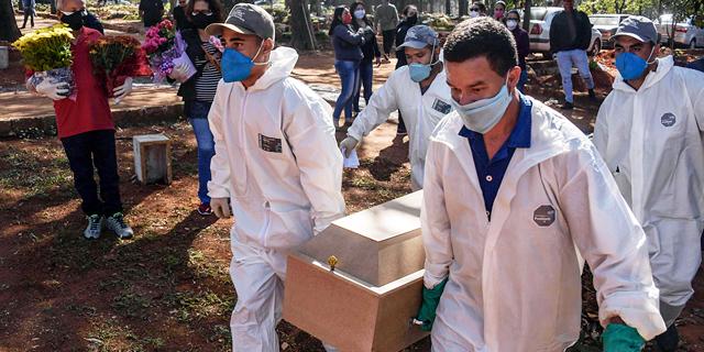 לוויה של חולה קורונה בברזיל, צילום: אי אף פי