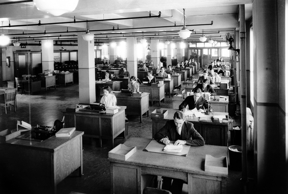 """משרד גדול ב ארה""""ב בשנות ה־30, צילום: Bettmann Archive"""