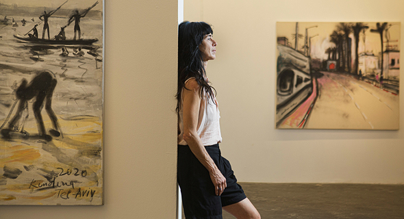 """אולגה קונדינה בפתיחת התערוכה. """"בגלל שאני לא נמצאת כל הזמן בתל אביב, אני רואה באופן חד יותר את מה שקורה בה"""""""