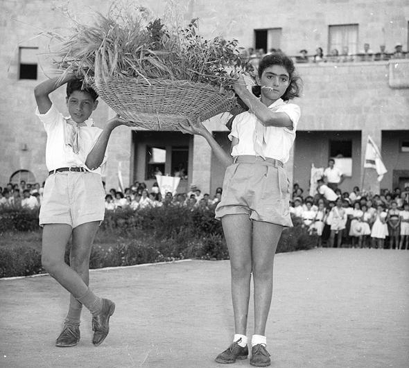 ילדי בית ספר בירושלים חוגגים שבועות. צילום של דוד רובינגר, 1954