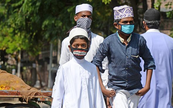 מתגוננים מקורונה בהודו