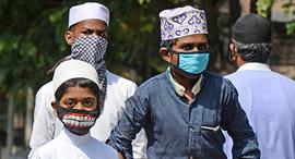 מתגוננים מקורונה בהודו, צילום: איי אף פי