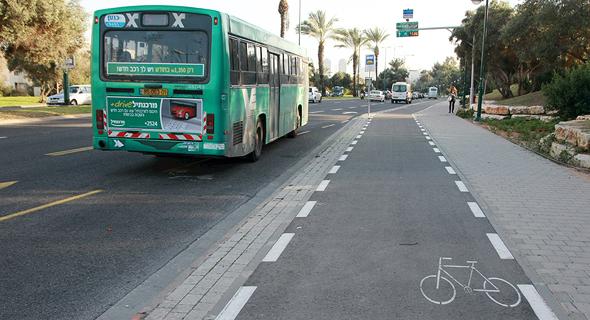 שביל אופניים בדרך נמיר בתל אביב