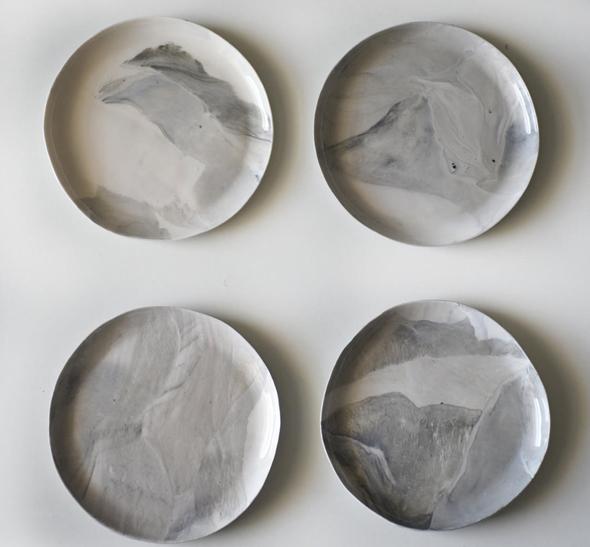 צלחות פורצלן בעבודת יד של האמנית איריס נשר