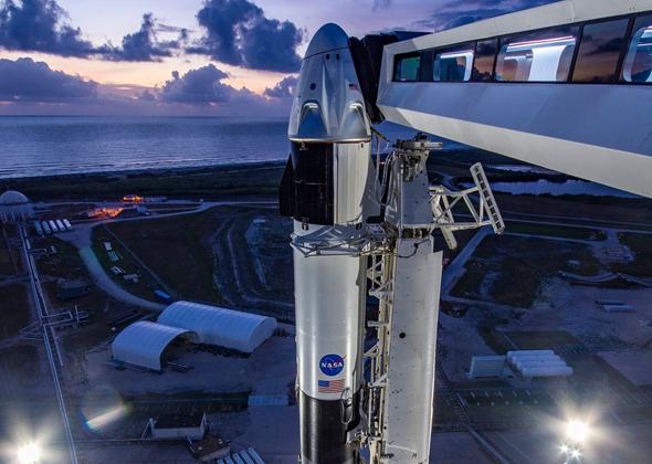 הרקטה פלקון 9 של SpaceX , שעליה החללית קרו דרגון