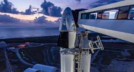 הרקטה פלקון 9 של ספייס X כשעליה החללית קרו דרגון, צילום: SpaceX