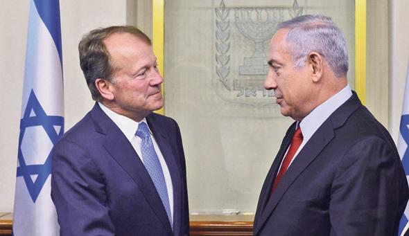 """משמאל: ראש הממשלה בנימין נתניהו ומנכ""""ל סיסקו ג'ון צ'יימברס. אחד עובד לשעבר של מרום, השני שמע תחזית ממנו על קריסת עולם הטלקום"""