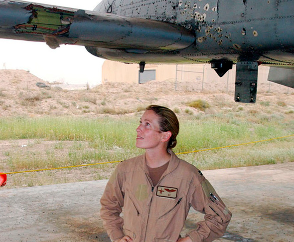 קמפבל מתחת למטוס שלה. שימו לב לזנב הקרוע והמחורר, מקור: USAF