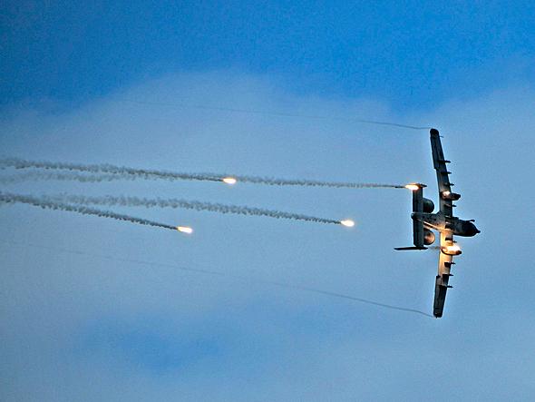 מטוס A10 משחרר נורים נגד טילים. כדי לשפר את שרידותו, קיבל כמות כמעט כפולה של נורים משל מטוסי קרב, מקור: USAF