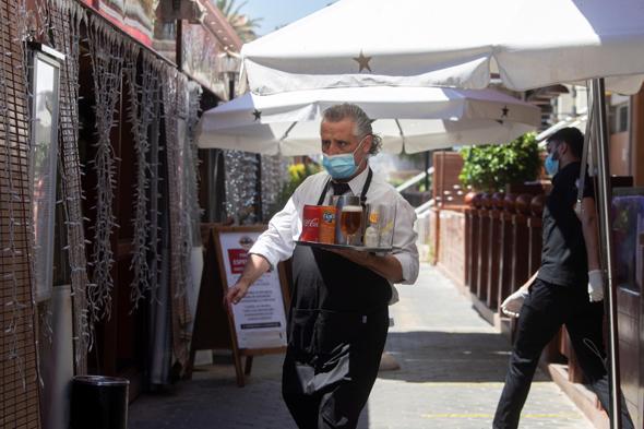 מלצר בברצלונה, צילום: EPA