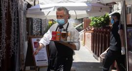 מלצר בברצלונה, ספרד, צילום: EPA