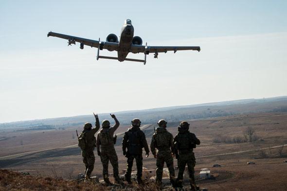 """A10 ולוחמי צבא ארה""""ב, צילום: USAF"""