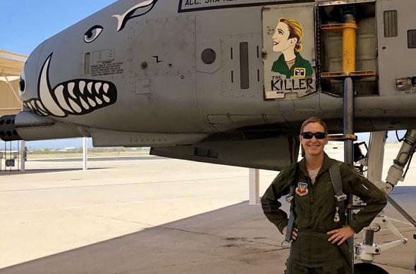קיי-סי והמטוס שלה, צילום: USAF