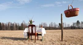 שולחן בודד בשדה , צילום: Bord För En