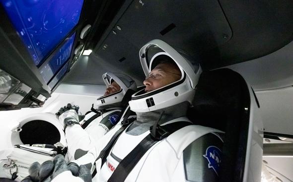 האסטרונאוטים בהאנקן והארלי בדראגון קרו