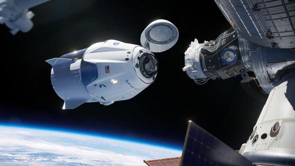 דראגון קרו עוגנת בחלל