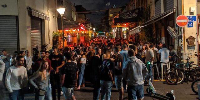 """צעירים מבלים בשוק הפשפשים בת""""א, צילום: גלעד ילון"""