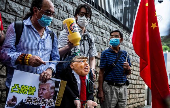 מפגינים פרו סיניים ליד הקונסוליה האמריקאית בהונג קונג