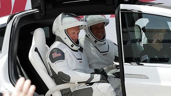 האסטרונאוטים ברכב של טסלה, צילום: איי פי