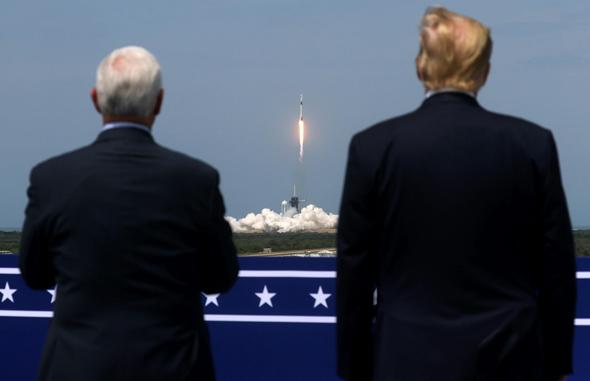 דונלד טראמפ ומייק פנס צופים בשיגור