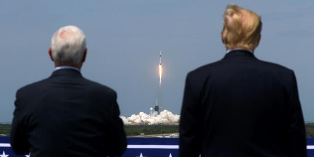 דונלד טראמפ ומייק פנס צופים בשיגור, צילום: רויטרס