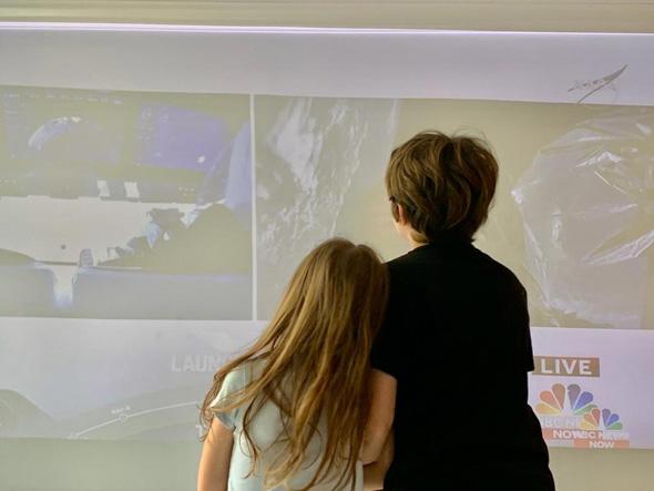 ילדים צופים בשיגור חללית , צילום: עודד חרמוני