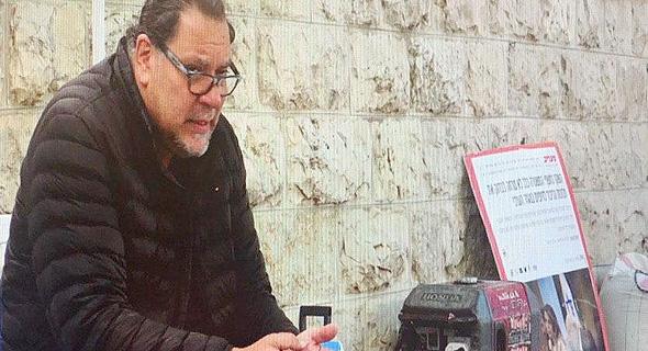 """שאול מזרחי בשביתת הרעב שהוא מקיים מול ביתו של רה""""מ בירושלים. """"בערב צפויות הופעות"""""""