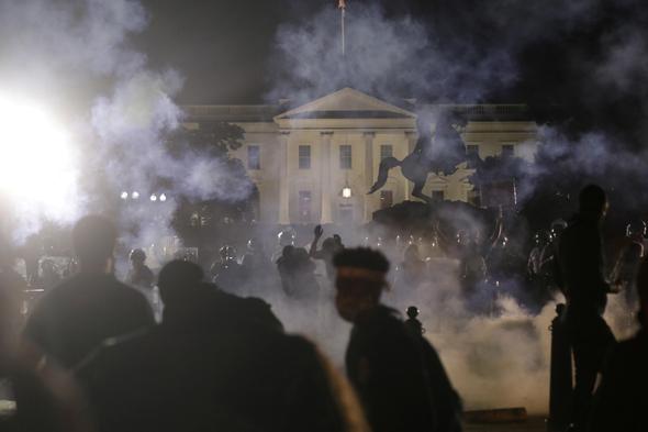 מפגינים בסמוך לבית הלבן